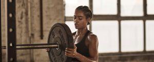 femme qui prépare sa séance de musculation